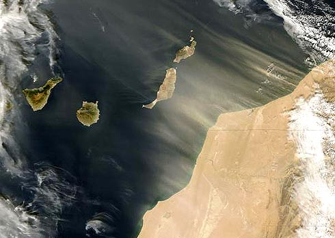 Imagem de satélite tempestade de areia na costa da África