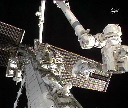 Astronautas Doug Wheelock  e Tracy Caldwell Dyson consertando a Estação Espacial