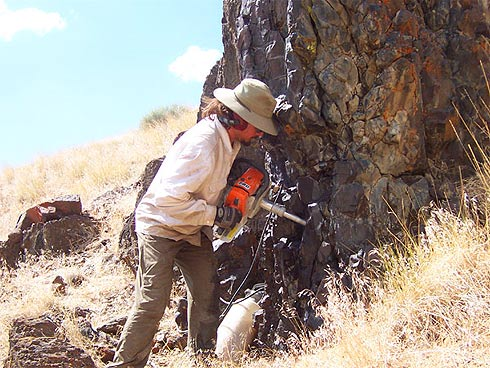 Pesquisador Nick Jarboe coleta amostras de rocha no norte do Estado de Nevada