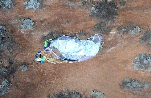 Sonda Hayabusa após pousar no deserto australiano