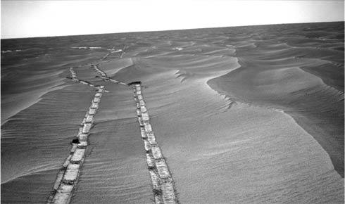 Trilha deixada pelo jipe explorador Opportunity, em Marte.