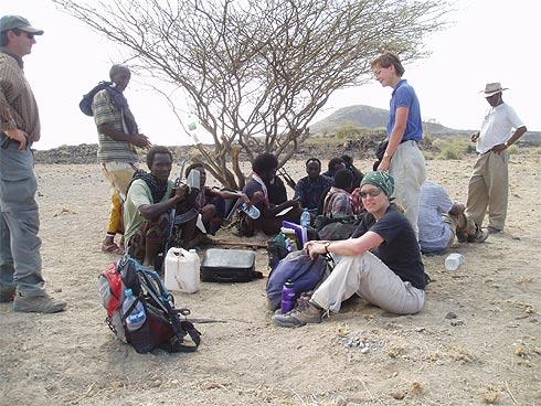 Vulcanologo Ian Hamling no deserto de Afar, na Etiópia