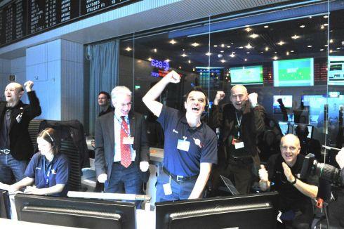 Engenheiros da ESA comemoram a aquisição de sinal emitido pela sonda Rosetta