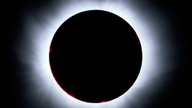 Coroa solar vista durante eclipse total