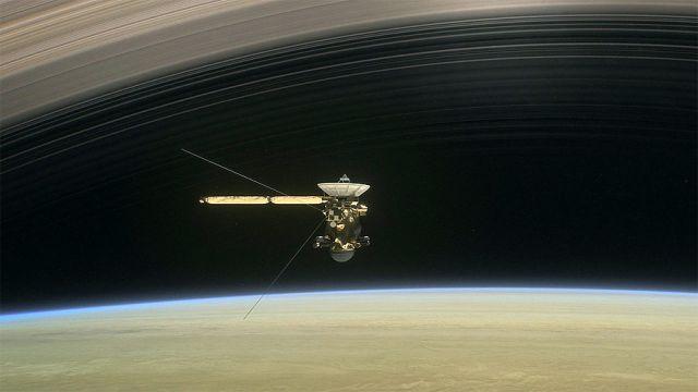 Concepção artística mostra a nave Espacial Cassini entre Saturno e seus aneis. Crédito: NAS/JPL.