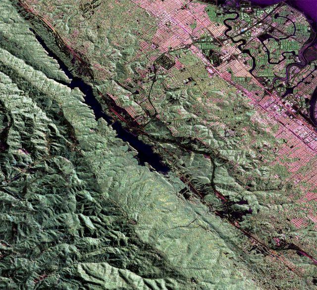 Falha de San Andreas vista pelo instrumento UAVSAR, a bordo da aeronave Gulfstream III da Nasa. A cena mostra o reservatório de Crystal Springs, assentado entre as placas tectônicas do Pacífico e América do Norte.