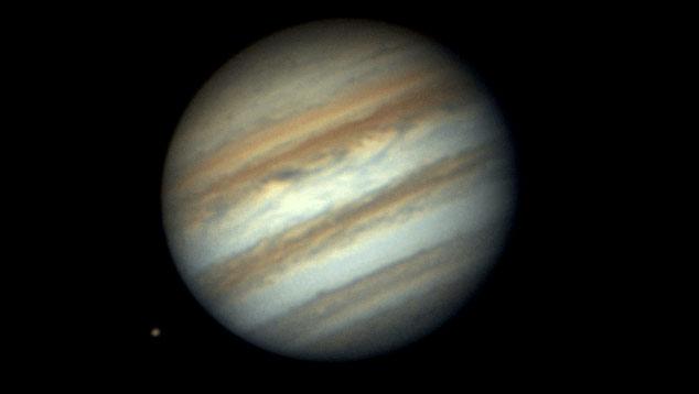 Io surgindo de trás de Jupiter