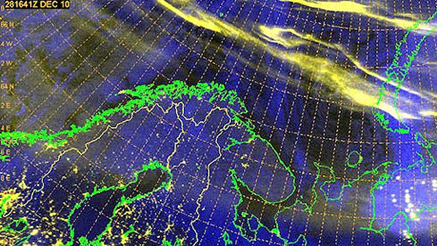 Imagem registrada às 14h41 (hora de Brasília) de 28 de dezembro de 2010 pelos satélites F17 do Departamento de Defesa dos EUA. No topo, a cena mostra intensas auroras boreais sobre o círculo polar ártico, provocadas por uma rachadura momentânea na magnetosfera terrestre. Para se ter uma ideia do brilho dessas auroras, os pontos amarelos mostrados sobre as áreas continentais causados pela iluminação das grandes cidades. Crédito: US Navy's Fleet Numerical Meteorology and Oceanography Center/Apolo11.com