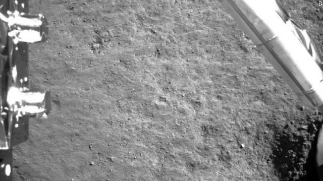 Foto feita pela Chang'e-4 logo apos o pouso mostra o rigolito lunar ao redor do modulo.