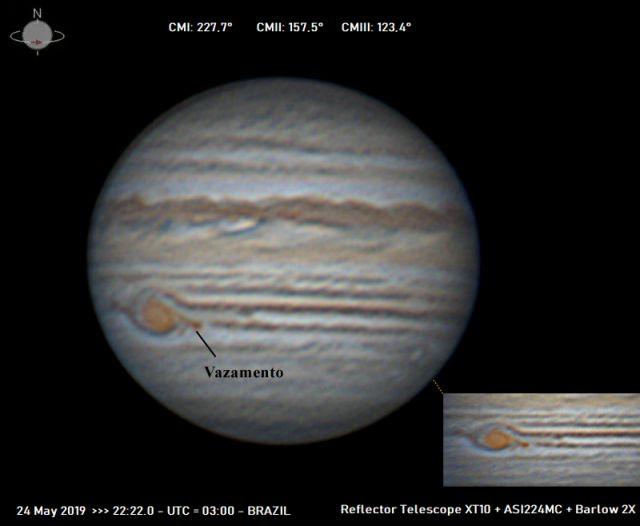 Imagem feita pelo astrônomo amador David Maia Santos, com telescópio de 254 mm revela uma diminuição da mancha, além do suposto vazamento de material gasoso.