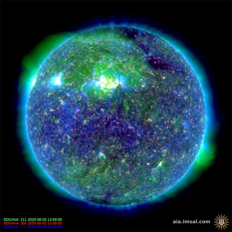 Imagem do Sol registrada em 3 de agosto de 2020 mostra o buraco solar (área clara) voltado para a Terra.